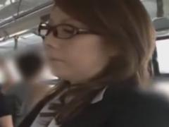 メガネ熟女OLにバスでフェラさせる痴漢師動画