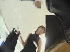 超美人でかわいいアパレルショップ店員に接客させてスカートの中を逆さ撮...