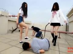 いじめ 二人のスレンダーなS女の女子校生が学校の屋上で、M男を鞭 ムチ で...