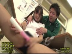 教室でバイブを使ってオナニーする巨乳のツインテールJK! 男子生徒に見つ...