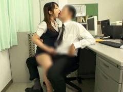 会社でこんなことしていいのかな オフィスの中でOLに淫語手コキされる バ...