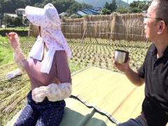 1 田舎で稲刈りをする超豊乳巨尻のおかあさん