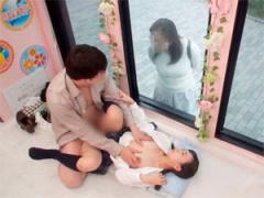 初めて女子校生の娘の身体に触れ興奮した義父が後先考えず母親の目の前で...