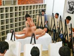 デッサンモデルの全裸美女が共演する男性モデルからチンポを挿入され声我...