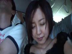 満員バスでチカンされ夫が横にいるのに拒めないショートカット巨乳人妻