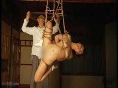 緊縛 拘束 美乳美女が麻縄で拘束され吊るされる! 色々な体位にされもはや芸術レベルw