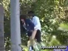 JK盗撮 野外でフェラチオしていた女子校生カップルを隠し撮り 結局は立ち...