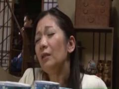コタツの中で息子のムスコをフェラチオする五十路のお母さん…今度はコタツ...