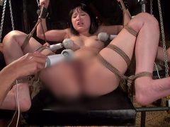 監禁され全裸に引ん剝かれたJKが拘束されレイプされる動画