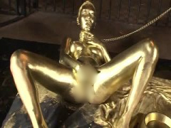 全身が金色の巨乳美女は黄金まんこを広げてかき回し辺りに黄金の水をぶち...