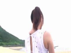 南国のビーチで開放的になったポニーテールの美少女が、乳首をピン勃ちさ...