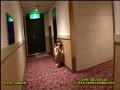 ホテルの廊下で下着一枚だけの羞恥と誰かが来るかもしれない緊張感に耐え...