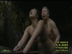 旅館の若女将がオナニーしていたところをおっさんたちが目撃! 性欲爆発し...