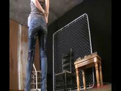 拘束されジーンズ履いたまま強制お漏らしさせられるドMちゃん 調教 聖水 ...