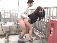 会社の屋上でスーツをたくし上げ騎乗位で腰を振るスキモノ女
