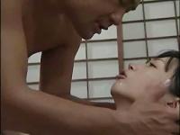 男根をしゃぶる黒髪熟女の動画