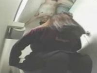 これはマジ怖い!トイレの天井に張り付く全裸男が女子大生に悪戯!