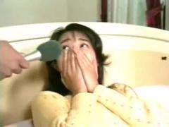 昭和エロ 奥さん股間の音を聞かせてもらいますよ…巨乳人妻のオマンコの濡...