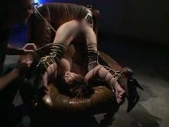 手足をマングリ返し蟹縛りで緊縛された美巨乳M女が串刺し固定バイブで弄ば...