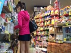 雑貨屋で着崩した超ミニの制服JKを逆さ撮りしてパンチラ盗撮