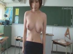 女教師 生徒たちに脅されてストリップをさせられ全裸でチンポを咥えさせら...