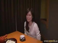 笑顔の可愛い人妻さん動画 コタツの中はジュク熟 下着の中に指を忍ばせク...