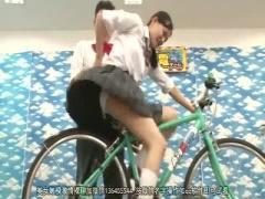自転車発電ゲームでスカートが捲れてしまうJK 手マンで大量潮吹きしちゃっ...