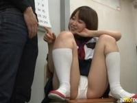 JKが椅子の上でするM字開脚がエロい!