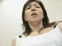 生徒を誘惑して教室で淫乱なSEXをする女教師