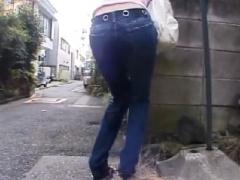 おもらし姫 小便で汚れたジーパンのまま外を歩かされる可愛い女性!