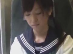 芋っぽいセーラー服JKを電車で手マン痴漢動画