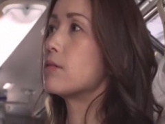 セクシー系な熟女をバスでこすりつけ痴漢動画