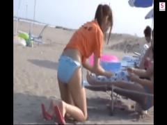 海の家で働くスレンダー美脚のビキニ美女に無理やりリモバイ仕掛けて羞恥...