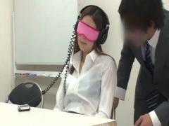 OLに目隠しをさせ催眠テープを聞かせて発情させる 大量潮吹き 手マン 淫乱...