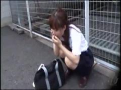 JK ケイタイで長電話してた制服女子校生がトイレを探すも見つからず階段で...
