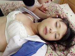 睡眠薬で眠らされ家庭教師にパンツを脱がされアソコを悪戯されるパイパン娘
