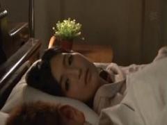 犯されたのにアソコが疼き寝ている夫の隣でオナニーする人妻。再びその男...