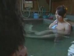 ヘンリー塚本 旦那にハメられながら向かいの窓の男と目が合う人妻。温泉に...