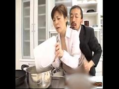料理講師の熟女が本番中に手マンとクンニ責めされて喘ぎまくり。 アダルト...