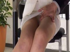 無修正 四十路美熟女なパンストスーツ女子アナが放送中にパンツ降ろされ熟...