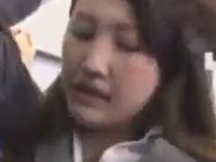 電車で手マン痴漢され腰砕けになるパンツスーツOL動画