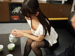 女上司の貧乳おっぱいの胸チラから乳首が! 興奮した部下は会社内で中出し...