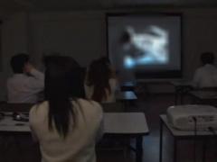 授業中ビデオ視聴のため薄暗くなった教室でバレないようにカップルがイチ...