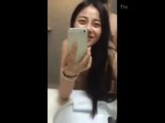 個人撮影 中華美人の彼女が鏡の前で立ちバックで突かれる自分をスマ笑顔で...