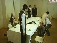 太ったおっさんがみんなの前でレイプ宣言して女の人をレイプし始める。