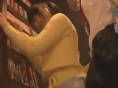 ネットカフェで手マン痴漢されて感じちゃう女子大生動画
