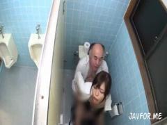 男子トイレの狭い個室でヤっちゃう性欲モンスター! OL