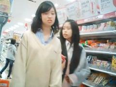 パンチラ 女子校生 買い物に夢中なJK2人組のパンチラ盗撮したら未成年のプ...