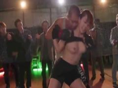 兄の雪辱のため、美人な巨乳格闘家がリングに上がるが逆に公衆の面前で暴...
