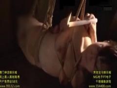 マニアの手により縛られ宙づりにされる熟女。ロウソクで乳首を責められる...
